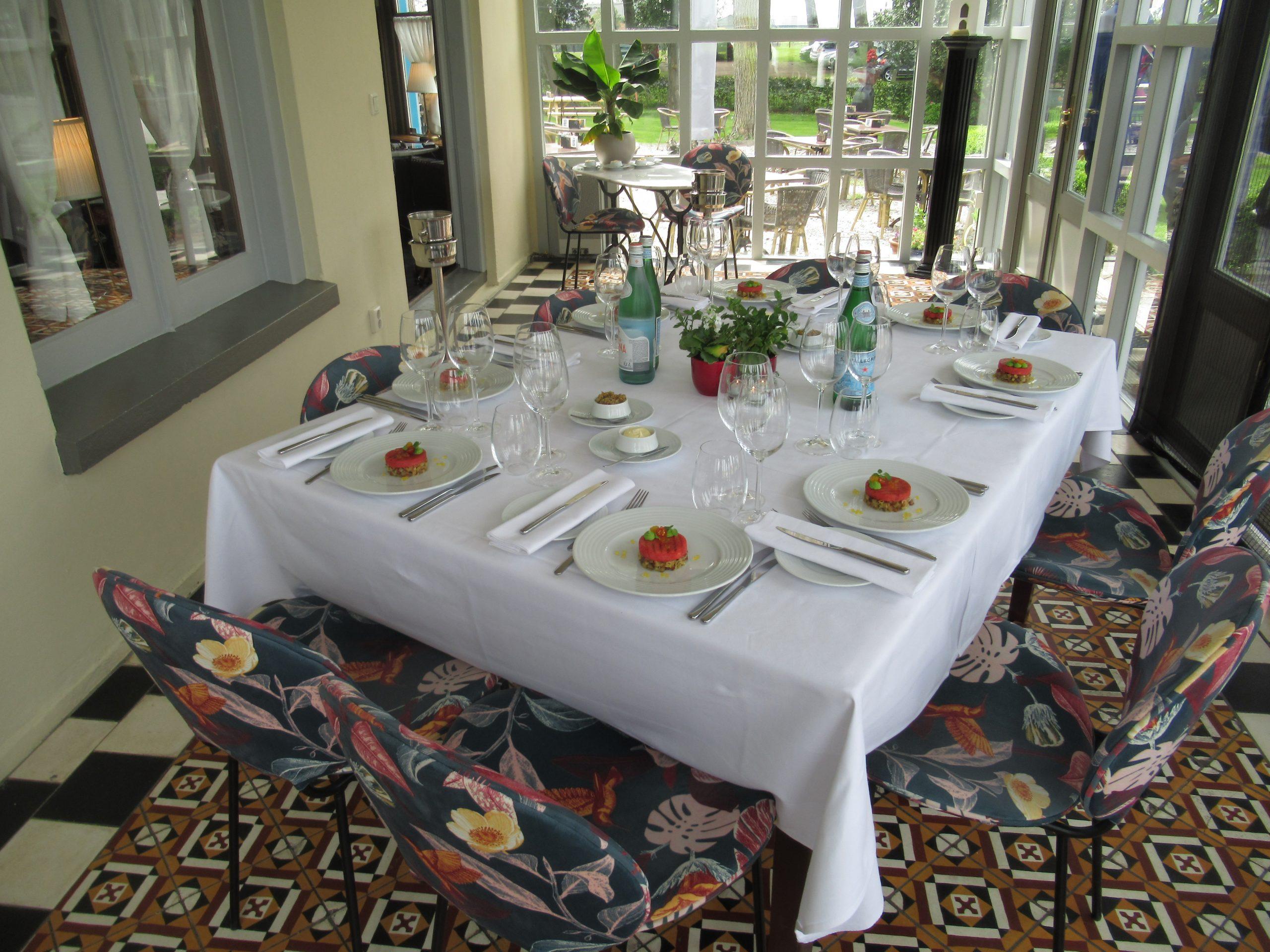 Gezien het huidige weerbericht🌧 is het vandaag denken wij niet mogelijk om 'als God in Frankrijk' te dineren in onze tuin / op het terras.Gelukkig hebben we nog een sfeervolle… Bekijken