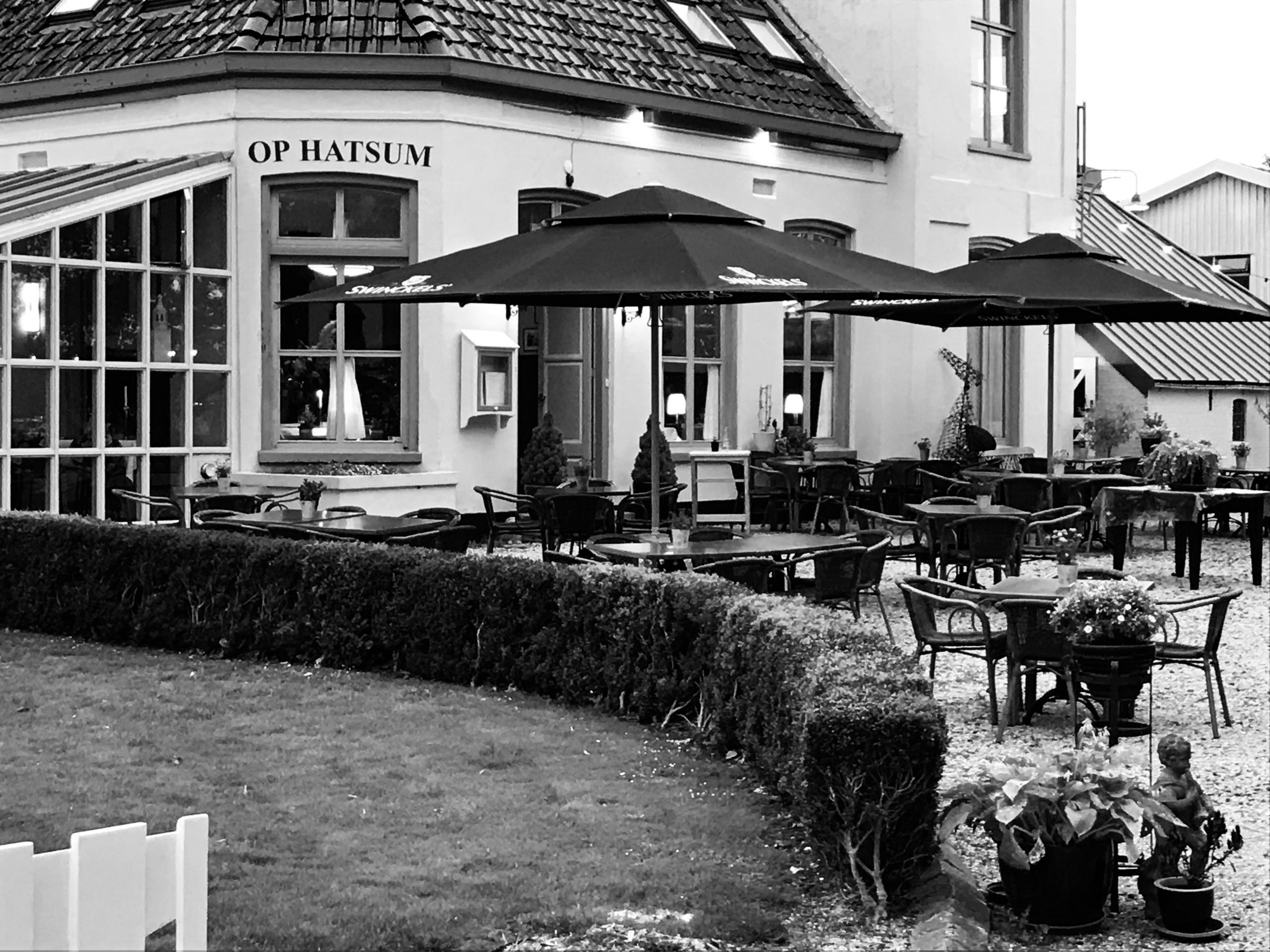 """Private Dining Privé genieten van een lunch of diner! Zo kunt u met uw familie, vrienden of zakenrelaties privé vorstelijk dineren. U zit dan in onze """"Herenkamer"""" of """"De Serre"""" geheel privé. Natuurlijk zorgen wij dat er een bedieningsmedewerker is die u constant 'onzichtbaar' bedient. Meer informatie of (optionele) reservering bel met Corné 0517-231688 of een mailbericht naar info@lokaalophatsum.nl"""