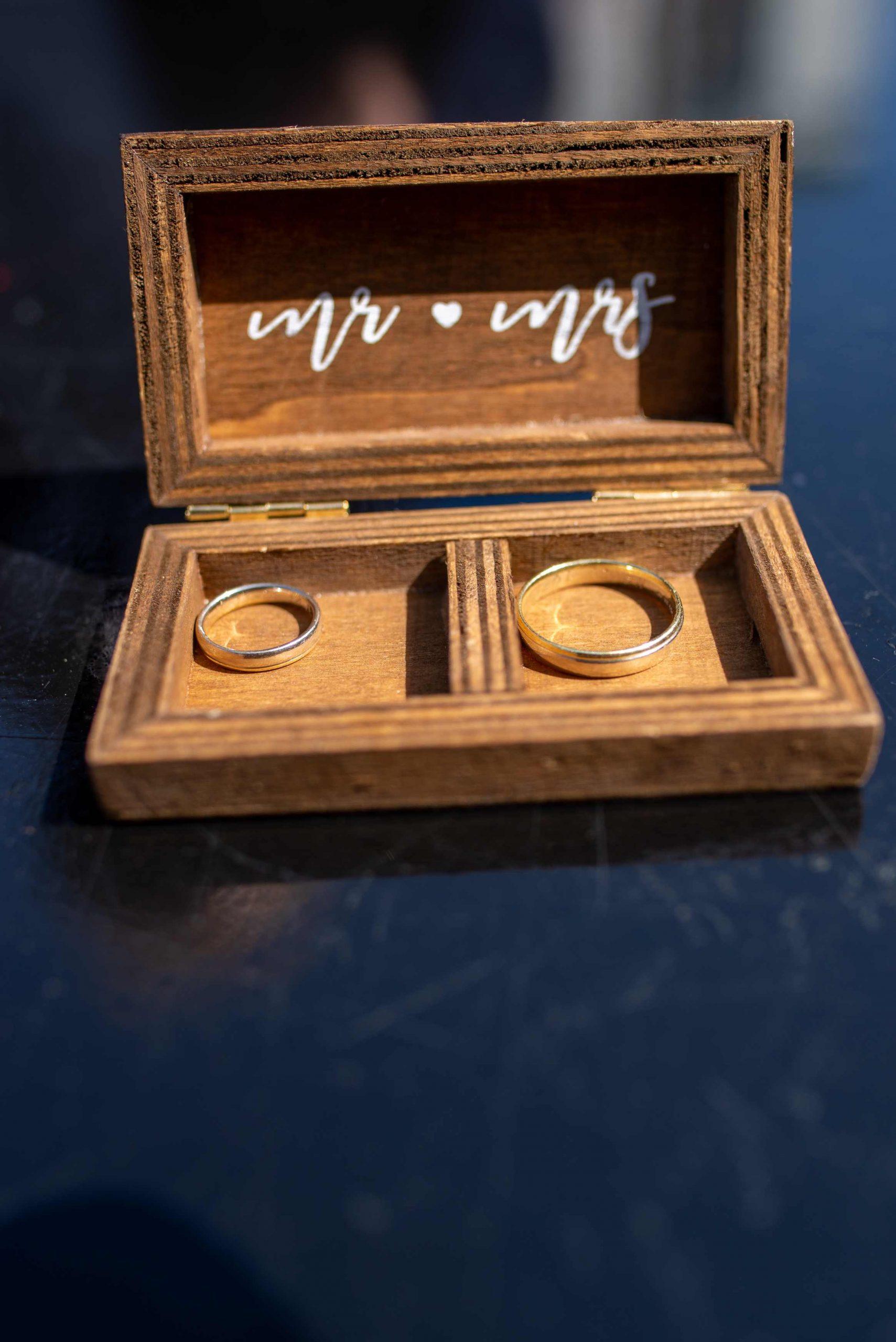 In vrijwel alle oude culturen stond de ring (of de cirkel) voor de oneindigheid. Met een ring zeg je dat jouw liefde voor altijd is, dat jullie voor eeuwig bij… Bekijken