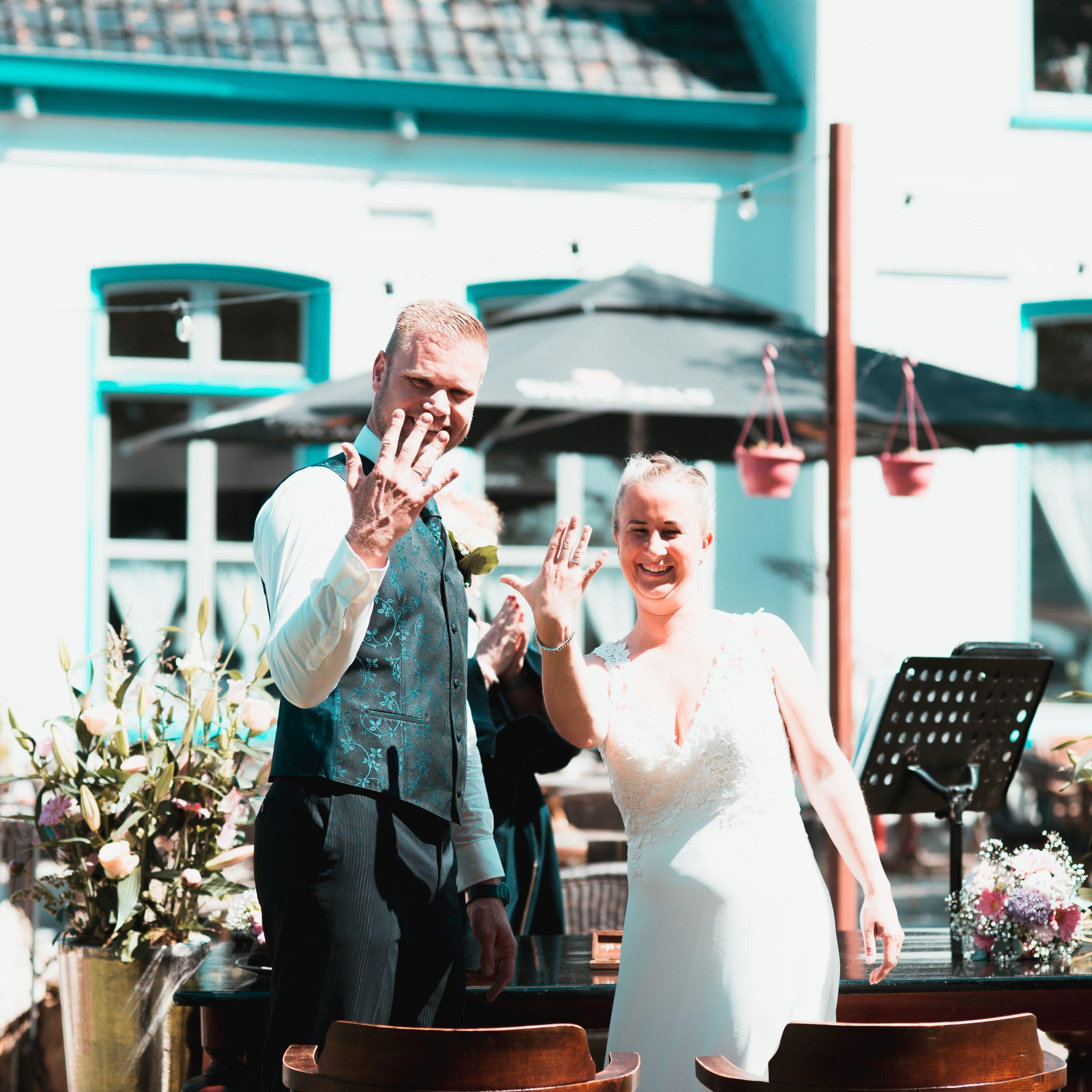 """Wanneer je """"ja"""" zegt tegen Huwelijk op Hatsum, zeg je """"ja"""" Tegen elkaar! En…………. Tegen ons! Een gepassioneerd en warm team van trouwprofessionals dat alles in het werk stelt om jou de mooiste, beste,… Bekijken"""